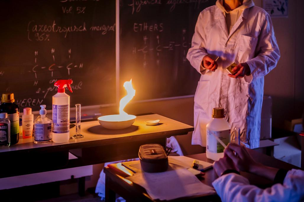 Een tafel vol chemicaliën